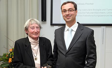 Prof. Dr. H. Chica Schaller und der Empfänger des Förderpreises, Dr. Andreas Fischer.